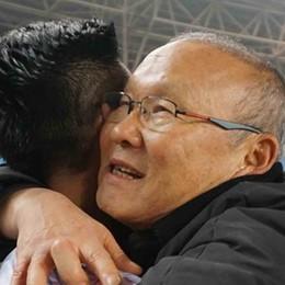 HLV Park Hang Seo ôm hôn từng cầu thủ U23 Việt Nam