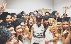 Dàn người đẹp vây quanh, chúc mừng Hamilton vô địch Russian GP