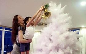 Hồ Ngọc Hà cùng con trai trang trí cây thông cho giáng sinh
