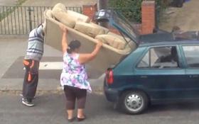 Vì lí do gì mà cặp đôi này lại thích nhét một chiếc ghế bành vào cốp xe ô tô?