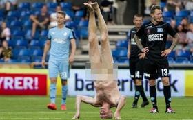 Nhà vô địch Euro trần truồng chạy vào sân bóng phá quấy