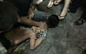 """Hà Nội: Nam thanh niên cầm dao chém bảo vệ tòa nhà """"hàm cá mập"""" trong đêm"""
