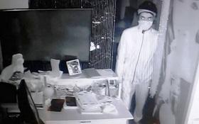 Kẻ trộm nhìn thẳng vào camera sau khi lấy gần nửa tỷ đồng ở quán cafe Sài Gòn