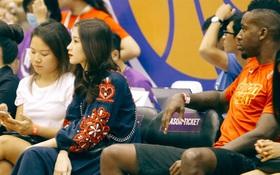 Hoa hậu Thu Thảo và Diễm My 9x cuốn hút trên khán đài trận derby bóng rổ Việt Nam