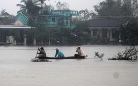 Thừa Thiên-Huế ngập nặng, có nơi phải đi lại bằng xuồng