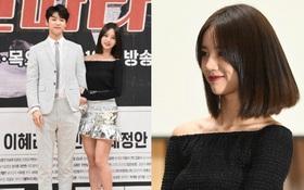 """Hyeri (Girl's Day) hờ hững vai trắng nõn nà, sánh đôi bên mỹ nam """"Người thừa kế"""" tại họp báo"""