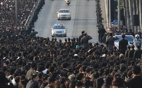 Thế giới xúc động trước hình ảnh hàng nghìn người dân Thái xếp hàng chờ đón linh cữu Quốc vương