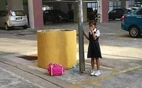Trốn học, bé gái người Malaysia bị mẹ xích vào cột đèn
