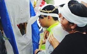 Vợ con khóc ngất bên quan tài chứa thi thể không vẹn nguyên của nạn nhân vụ nổ ở Văn Phú