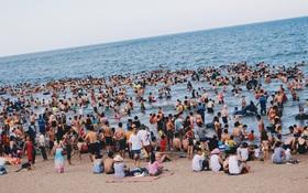 Tháng cao điểm hè 1 triệu khách đã đến Sầm Sơn, và đó là lý do bãi biển luôn kín đặc từ sáng tới đêm!