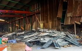 Hàng trăm giàn giáo sập đè chết 2 công nhân ở Sài Gòn