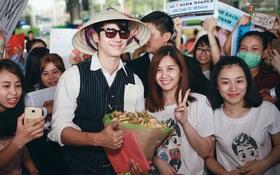Mario Maurer cực điển trai, đội nón lá vẫy chào người hâm mộ Việt Nam