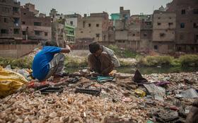 Cuộc sống mưu sinh trên bãi rác thải điện tử khổng lồ ở Seelampur, Ấn Độ