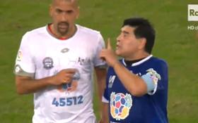 """Đá giao hữu vì hòa bình, Maradona vẫn định """"tẩn"""" đàn em"""