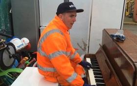 """Màn chơi piano """"thần sầu"""" của chàng công nhân tại bãi rác: Hãy suy nghĩ kỹ trước khi vứt 1 món đồ!"""