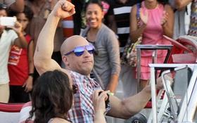 """Vin Diesel chia sẻ hình ảnh nóng hổi từ phim trường """"Fast & Furious 8"""" tại Cuba"""