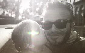 Bé Harper Beckham hôn bố mẹ cực đáng yêu vào dịp sinh nhật 5 tuổi