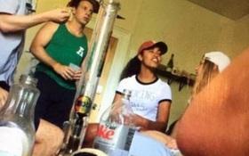 Con gái Tổng thống Obama lại gây tranh cãi khi bị bắt gặp đứng cạnh bình thủy tinh dùng để hút cần sa