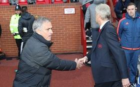 """Mourinho và Wenger bắt tay mà chẳng thèm nhìn nhau lấy """"nửa con mắt"""""""