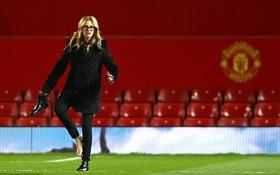 """""""Người đàn bà đẹp"""" chân trần dạo chơi trên sân Old Trafford"""
