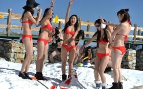 Bất chấp cái lạnh -5 độ C, 10 hot girl mạng xã hội vẫn mặc bikini lên núi tuyết livestream