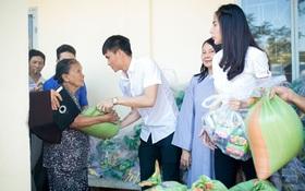 Công Vinh hỗ trợ hai bé sinh đôi 3 tuổi chống gậy đưa mẹ ra nghĩa trang