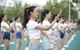 Nữ sinh Trung Quốc bị chỉ trích là diện đồ quá gợi cảm cho một sự kiện mang tính cộng đồng