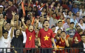 Mặc mưa lớn, khán giả ngồi chật cứng sân xem derby Saigon Heat và HCMC Wings