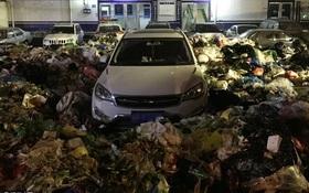 Bị hàng tấn rác bao vây can tội đỗ xe bừa bãi, mất toi gần 4 triệu dọn đường
