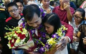 """Sau những kỳ tích tại Olympic 2016, """"người hùng"""" Hoàng Xuân Vinh đã trở về bên gia đình, bên người vợ thân yêu"""