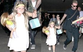 """Beckham cực đáng yêu khi giúp bé Harper chăm sóc búp bê """"bị thương"""" ở sân bay"""