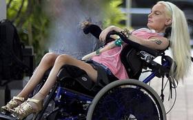 Búp bê sống bại liệt toàn thân nhưng vẫn chăm chỉ trang điểm mỗi ngày