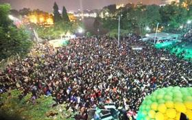 Hà Nội: Biển người vây kín Hàm Cá Mập bên hồ Gươm chờ đón năm mới 2017