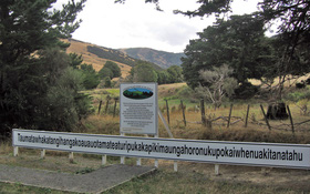 Đọc tên ngọn đồi Taumatawhakatangihangakoauauotamateaturipukakapikimaungahoronukupokaiwhenuakitanatahu thôi cũng đủ méo mồm