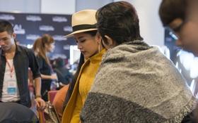Gil Lê chăm sóc Chi Pu cực tình cảm trong hậu trường Vietnam International Fashion Week