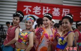 500 chị em U60 Trung Quốc nô nức rủ nhau đi thi trình diễn bikini