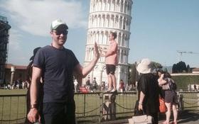 Đến quỳ anh chàng troll khách du lịch đang chụp ảnh với tháp nghiêng Pisa