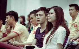 Tuyển thủ futsal Việt Nam dẫn vợ con đi xem bóng rổ