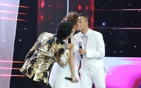 Tuyệt đỉnh song ca: Đàm Vĩnh Hưng phấn khích khi học trò hôn nhau trên sân khấu