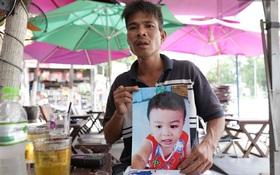 Người cha quỳ lạy ngoài đường để mong tìm được con trai mất tích 2 tháng nay