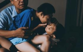 """""""Đừng nóng, con ơi..."""" - câu chuyện tình yêu của người cha đơn độc nuôi 2 đứa con bại não"""
