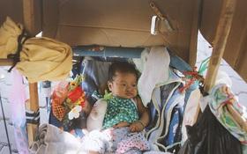 Ai thấy cũng xót xa: Bé gái 3 tháng tuổi nằm nôi theo bà ngoại rong ruổi khắp nơi bán vé số