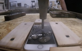 Người không có mà xài, kẻ thì mang iPhone 7 ra cắt như đậu hũ