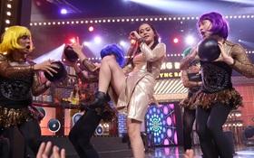 """Lip Sync Battle: Bản sao Đông Nhi lắc muốn rớt tóc, mang cả """"bom"""" lên sân khấu"""