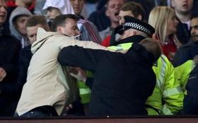 Fan Man Utd và Liverpool ẩu đả dữ dội trên khán đài sân Old Trafford