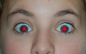 Ai cũng từng thắc mắc tại sao chụp ảnh ban đêm lại bị mắt đỏ!