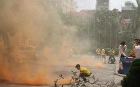 Giữa trưa, CĐV Nam Định quậy phá, ném pháo sáng vào khách sạn CLB TPHCM đóng quân
