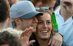 Niall (One Direction) công khai tình yêu với bạn gái kém xinh nhưng cực giỏi