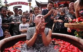 Nóng gần chết nhưng người dân Trung Quốc vẫn nô nức đi thi ăn ớt