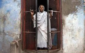 Cuộc sống cô đơn nơi thành phố của hơn 20.000 góa phụ - những người phải chết sau khi chồng qua đời